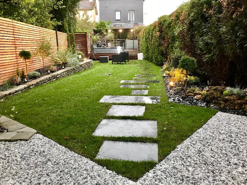 Terrasse bois en hauteur surplombant l\'ensemble du jardin ...