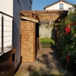 Terrasse en hauteur et aménagement d'un espace bûcher bois.
