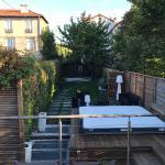 Terrasse bois en hauteur surplombant l'ensemble du jardin aménagé et végétalisé
