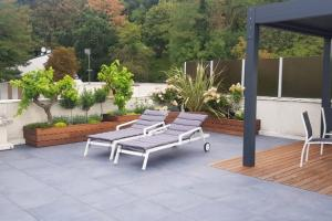 Création d'un toit terrasse, alliance du bois et de la dalle de grès cérame