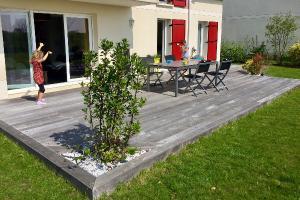 La terrasse bois, une vérritable pièce de vie pour les grands et les petits. (Saclay 91)