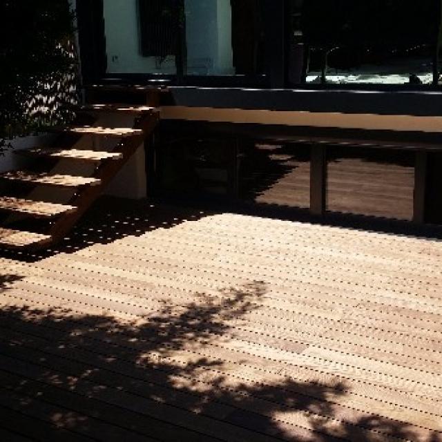 Création d'un escalier et d'une terrasse bois thermofrêne