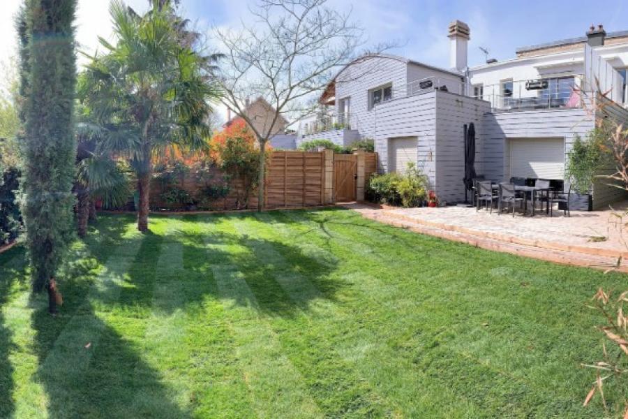 Ensemblier du jardin : clôture, terrasse bois, cabanon de jardin, végétal...