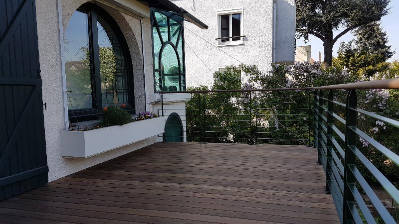 terrasse bois sur lev e pour cr er une continuit de la. Black Bedroom Furniture Sets. Home Design Ideas
