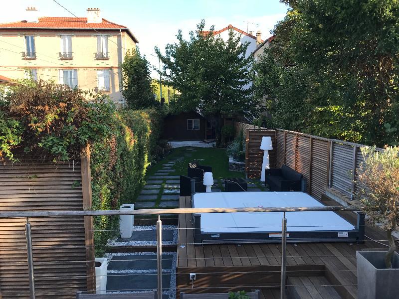 Terrasse bois en hauteur surplombant l\'ensemble du jardin aménagé et ...